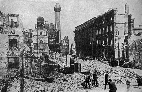 Sackville Street (renommée O'Connell Street en 1924) après l'insurrection de Pâques 1916, Dublin. Photo par Miller, James Martin & H.S. Canfield.