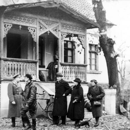 A German family from the Baltic moves into a house in Warthegau (occupied Poland), after its previous owners have been expelled, in November 1939.