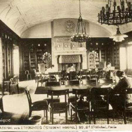 Bibliothèque du foyer international des étudiantes (Student hostel), Paris. Carte postale, s. d.